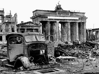 Brandenburger Tor im Mai 1945